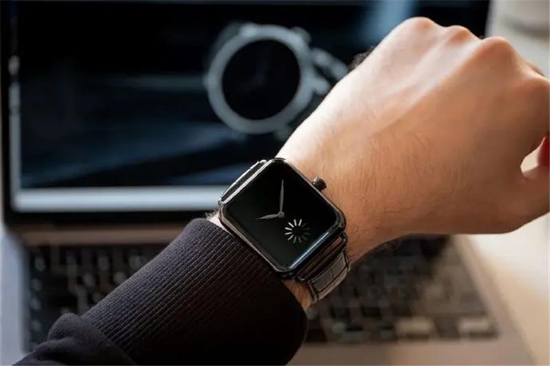 形似 Apple Watch 的瑞士机械表,看到秒针设计你会感到焦虑吗?