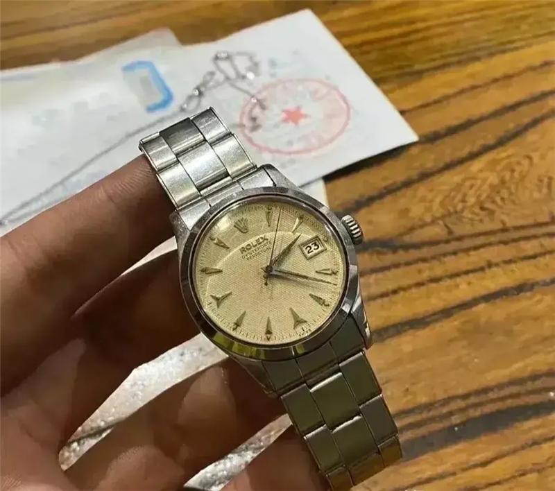 在我爷的书桌里,发现了一块1969年的劳力士手表