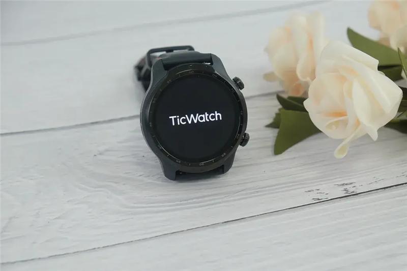 与动辄两三万的老牌钟表相比,现在市场上的智能手表真的不能说贵